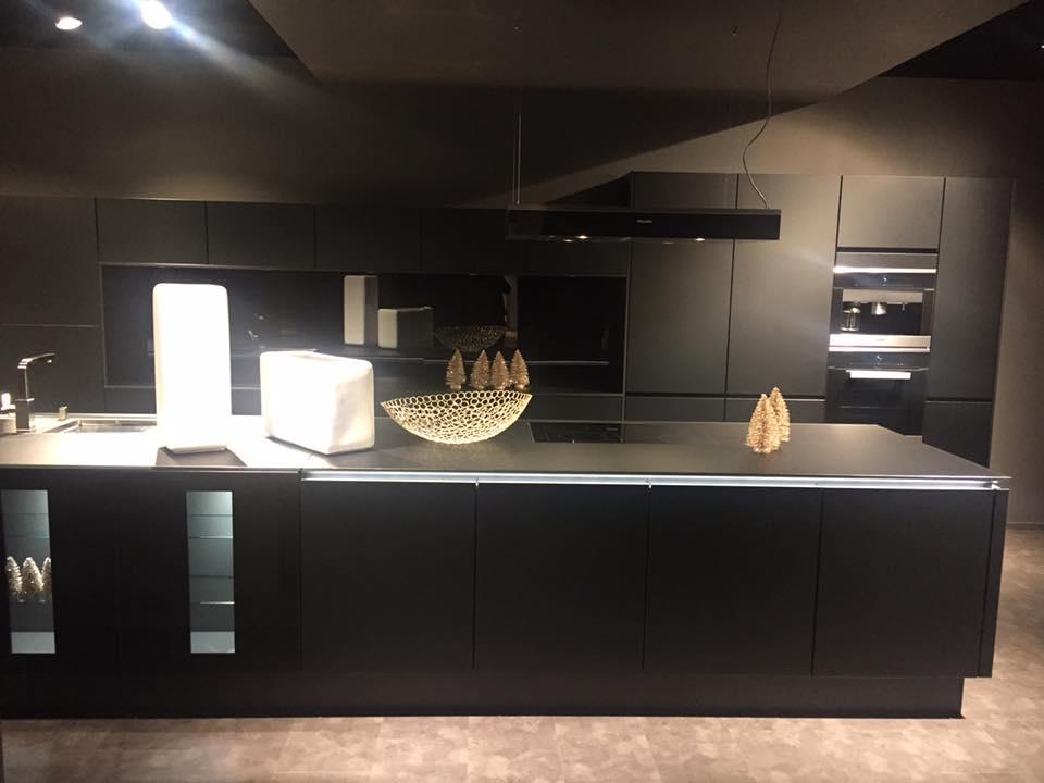Assez 7 Suggerimenti Per Progettare Una Cucina Nera | Helle Kitchen TU17
