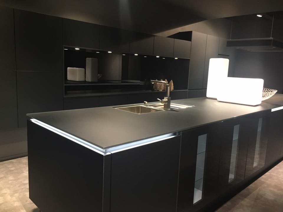 7 suggerimenti per progettare una cucina nera helle kitchen - Cucine moderne nere ...